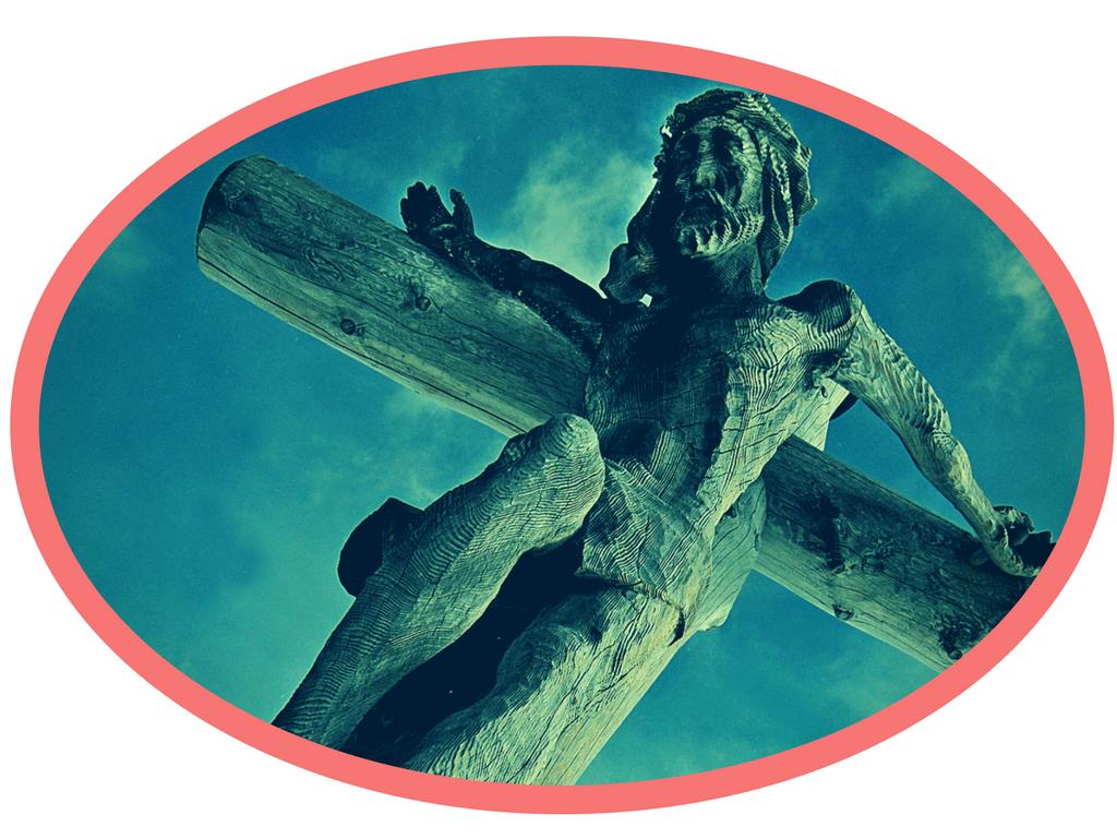 Zdjęcie rzeźby Jezusa Ukrzyżowanego. Wtle niebo zbiałymi chmurami. Wielkanoc wEkwadorze.