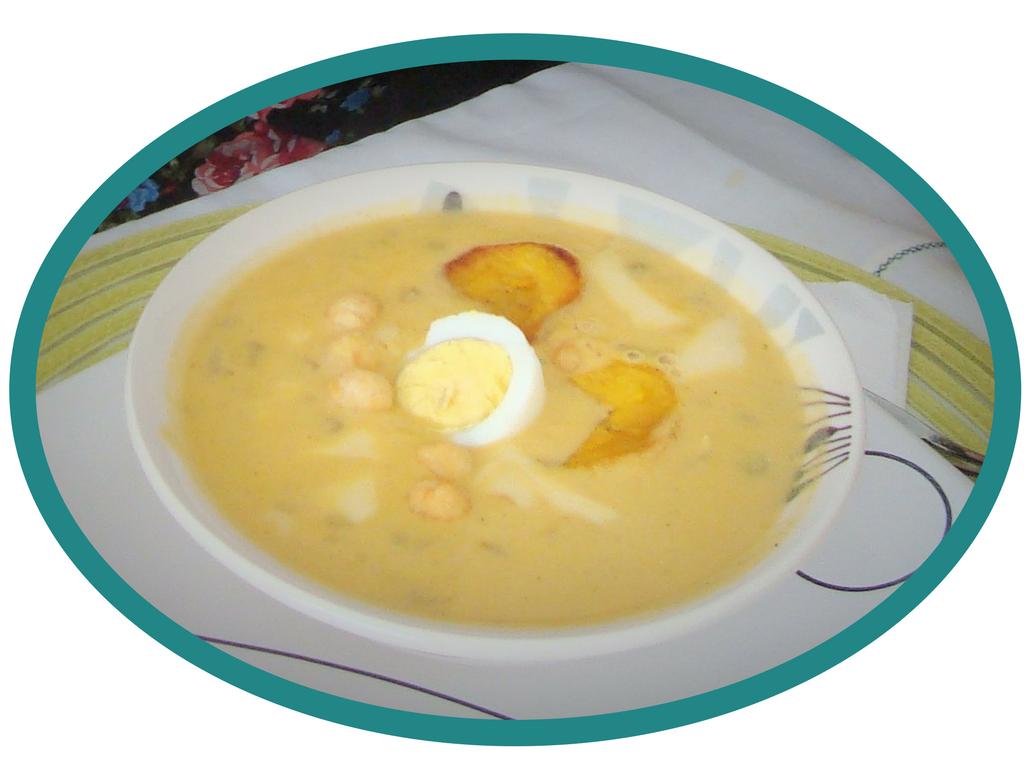 Fanseca, tradycyjna zupa ekwadorska naczas Wielkiego Tygodnia. Żółta, gęsta zupa zjajkiem natwardo, zplatrami smażonego banana ijajkiem natwardo. Wielkanoc wEkwadorze.