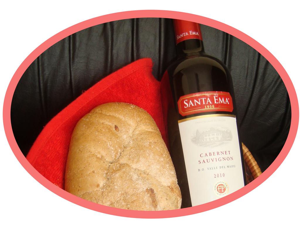 W koszyczku, naczerwone ściereczce leży bohenek chleba ibuteka wina, które wEkwadorze są święcona wczasie Wieczerzy Wielkiego Czwartku. Wielknoc wEkwadorze.